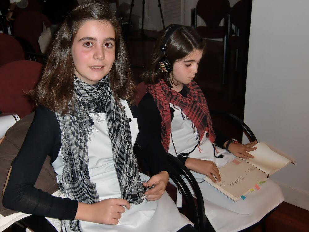 2012'XI'18. IV MONO+GRAPHIC. Ana y Mercedes, se preparan para su primera actuación de música contemporánea.