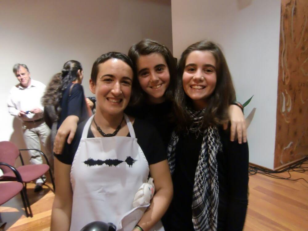 2012'XI'18. IV MONO+GRAPHIC. Con mis primas artistas, Ana y Mercedes, antes de la actuación